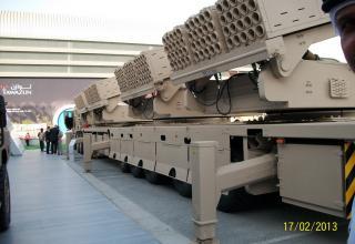"Вид сбоку образца БМ РСЗО  MCL (Multiple Cradle Launchers) (ОАЭ). ©И.В. Кузнецов (ОАО ""НПО ""СПЛАВ"" г.Тула)"