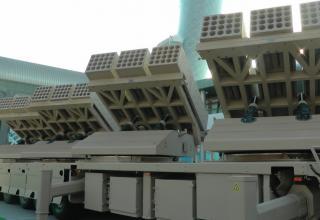 "Вид сбоку образца БМ РСЗО  MCL (Multiple Cradle Launchers)(ОАЭ). ©И.В. Кузнецов (ОАО ""НПО ""СПЛАВ"" г.Тула)"