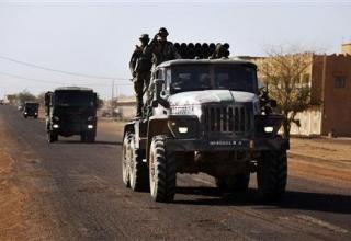 Малийские солдаты управляют боевой машиной БМ-21-1 в городе Гао. 2013-02-19T195035Z_1_CBRE91I1J4E00_RTROPTP_2_MALI-REBELS.JPG