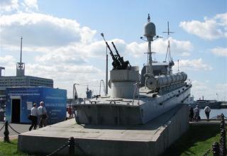Памятник торпедному катеру на территории выставочного комплекса