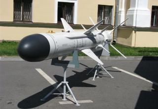Макет ракеты из состава берегового ракетного комплекса