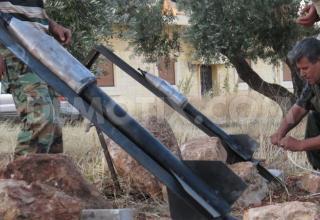 Боевики ССА подготавливают к стрельбе ракетную установку в Binnish, около Идлиба. www.demotix.com/node/2216141.Опуб.01.07.2013г.