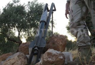 Боевики ССА подготавливают к стрельбе ракетную установку в Binnish, около Идлиба. www.demotix.com/node/2216147.Опубл.01.07.2013г