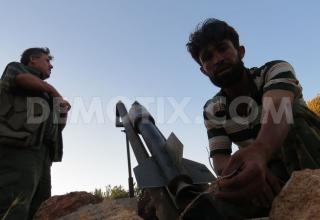 Боевики САС подготавливают к стрельбе ракетную установку в Binnish, около Идлиба. www.demotix.com/node/2216149.Опубл. 01.07.2013