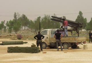Боевик ССА стоит сзади самодельной боевой машины в Бинниш в Идлибе 8.05.2013 г. REUTERS/Mohamed Kaddoor.http://in.news.yahoo.com