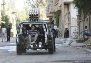 Боевики ССА едут на самодельной боевой машине в Deir al-Zor 10.07.2013 г. REUTERS/Khalil Ashawi. http://in.news.yahoo.com