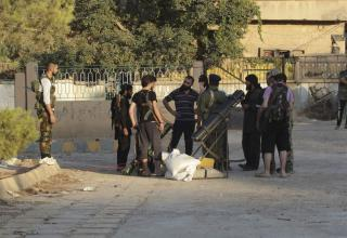 Члены ССА подготавливают ракетную установку in Deir al-Zor 16.07.2013 г. REUTERS/Khalil Ashawi. www.in.news.yahoo.com
