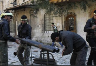 Боевики ССА готовят самодельную ракетную установку в Алеппо 2.03.2013 г. REUTERS/Malek Alshemali. www.interaksyon.com