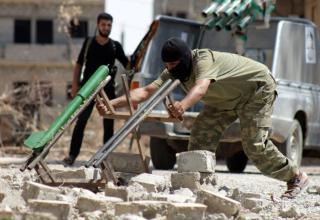 Боевик оппозиции готовит самодельную ракету к пуску в Deir Ezzor. Через ABO SHUJA, 27.06.2013 г. washingtonpost.com