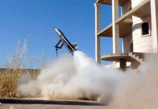 Сирийские повстанцы запускают самодельную ракету (провинция Идлиб, северная Сирия, 04.06.2013 г. (Edlib News Network ENN).