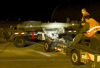 Подготовка к монтажу УР A2SM на истребитель Rafale, 12.01.2013 г., Saint Dizier для операции в Мали. www.flickr.com