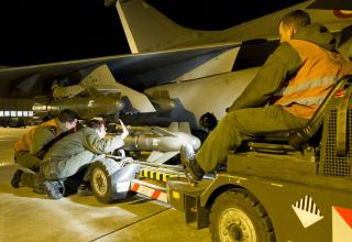 Монтаж УР A2SM на истребитель Rafale,12.01.2013 г.,Saint Dizier для операции в Мали.flickr.com/photos/theatrum-belli/8378455504/