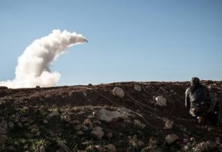 Сирийские повстанцы запускают ракету около бригады Abu Baker в Albab. 16.01.2013 г. http://edition.cnn.com