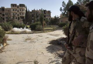 Члены ССА запускают самодельную ракету в Deir al-Zor. 16.06.2013 г. http://www.militaryphotos.net. Khalil Ashawi