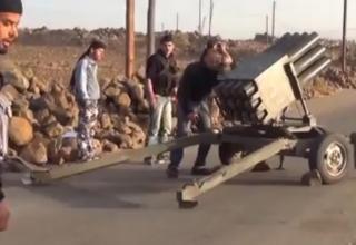 Установка RAK-12. Сирийские повстанцы около Нава (NAWA). Опубликовано: 27.11.2013 г. http://www.youtube.com/watch?v=Tb4D9ftEPGs