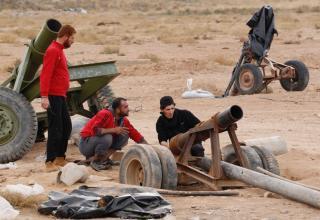 Боевики ССА готовят ракетную установку к стрельбе. Raqqa, 23.11.2013 г. REUTERS/Nour Fourat. http://www.trust.org