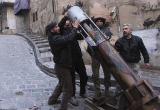 Боевики ССА заряжают самодельную ракету из местного газового баллона. http://www.dailymail.co.uk. Опубликовано 01.01.2014 г.