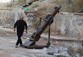 Боевик ССА около самодельной ракетной установки. 09.11.2013. Старое Алеппо. REUTERS/Abdalrhman Ismail. http://www.trust.org