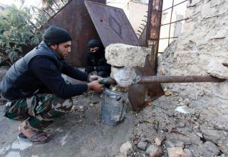 Боевик ССА у ракетной установки. Старое Алеппо. 14.12.2013 г. REUTERS/Molhem Barakat. www.trust.org/item/20131214192617-eq0i1/