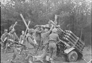 © IWM (BU 1756). Британская армия. Подготовка к стрельбе в Рейхсвальде, Германия, 08.02.1945.