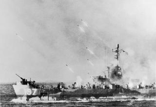 NYF 64407. Окинава, апрель-июнь 1945: С борта ракетного корабля США выполняется залп РС при бомбардировке Окинавы. iwm.org.uk