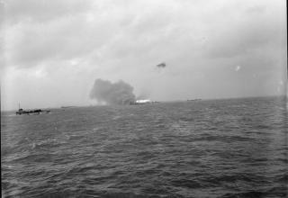 © IWM (A 23937). Танко-десантный корабль (ракетный) при обстреле штурмового района Джуно. День Д. 6.06.1944 г. iwm.org.uk.
