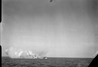 © IWM (A 27943). ВМФ Британии. Стрельба с борта десантного корабля (ракетного) в проливе Солент. www.iwm.org.uk
