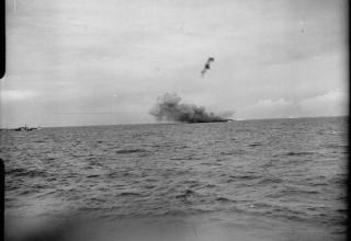 © IWM (A 26264). Стрельба с десантного корабля (ракетного) для поддержки высадки коммандос британ. ВМФ на острове Валхерен. iwm