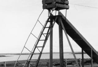 IWM (FKD 1004). Брошенная аргентинская установка на детской площадке. Поселение Goose Green. Война на Фолкленах,1982г.iwm.org.uk