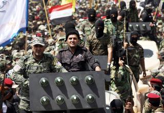 Боевики армии Мехди на параде в багдадском городе Садр (Sadr). Фото: Reuters. http://www.scmp.com. 26.06.2014 г.