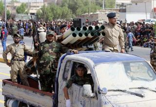 Боевики армии Мехди во время парада в Басре (юго-восток Багдада). 21.06 2014 г. www.militaryphotos.net.