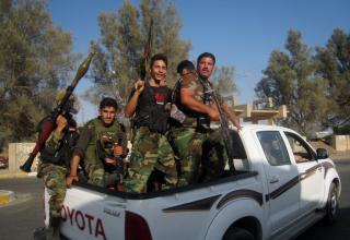 Члены сил безопасности Ирака. 15 км к югу города Киркук 20.06.2014 г. AP Photo/Emad Matti. militaryphotos.net.