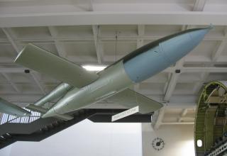 Макет самолёта-снаряда V1 (ФАУ-1) (надпись под фюзеляжем:Fieseler Fi103