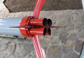 Вид хвостовой части со взрывателем макета неуправляемой авиационной ракеты серии С-25 (©С.Б. Власов; Россия, г. Москва).