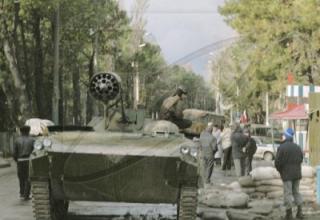 Авиационный блок орудий Б-8М1 на БМП-1 на улицах Поти, Грузия, 20.01.1992 г. http://www.armourbook.com/forum/topic_1157/4