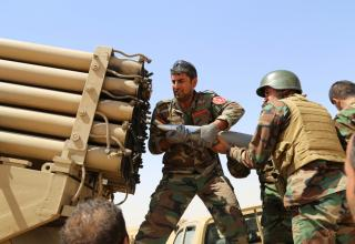 Курдские боевики peshmerga заряжают пакет БМ в Мосуле, Ирак, 08.08.2014. Anadolu Agency—Getty Images. http://time.com