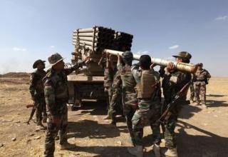 Иракские войска курдских Peshmerga заряжают БМ РСЗО во время боя в Khazir 16.09.2014 г. www.trust.org