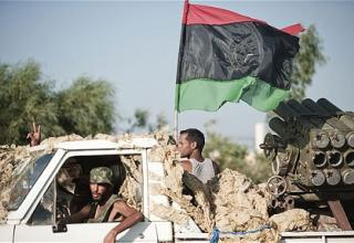 Ливийские повстанцы на БМ в городе Ras Lanuf, 93 миль запада от г. Сирт. AFP/GETTY.Rob Crilly. Опуб. 25.08.11г. telegraph.com