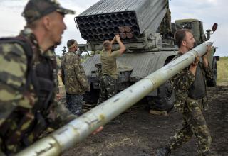 Украинские солдаты заряжают БМ РСЗО