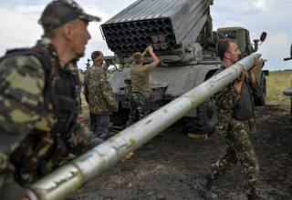 Солдаты ВСУ заряжают БМ-21 РСЗО