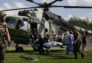 Украинские военные эвакуируют раненого товарища ВСУ под Луганском. 21.08.2014г. http://avaxnews.net/sad/War_in_Donbass.html