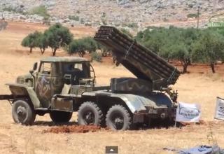 Опубл. 31.07.2014 г. Сирийская Ahrar al Sham перед стрельбой из BM-21 в Идлибе. http://www.youtube.com/watch?v=UjqfpFPOXLE
