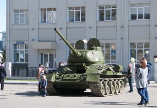 Танк Т-34. Перед парадом. Площадь Челюскинцев. ©С.В. Гуров (Россия, г.Тула).