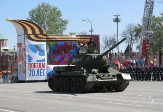 Танк Т-34 на военном параде. Площадь Ленина. ©С.В. Гуров (Россия, г.Тула).