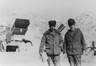 На заднем плане боевые машины БМ-21 РСЗО