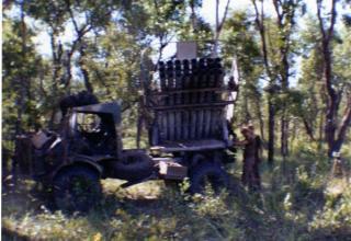 БМ РСЗО Bateleur батареи Sierra при прямой поддержке 32 дивизиона, готовая к стрельбе. warinangola.com/Default.aspx?tabid=999
