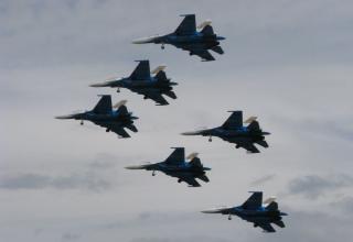 Момент демонстрационного полёта пилотажной группы