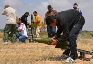 Повстанцы устанавливают советские ПТУР Sagger на самодельные установки. Мисрата. http://www.psywarrior.com/LibyaPsyop.html