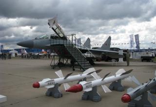 МиГ-29СМТ на заднем плане. На переднем плане макеты боеприпасов для МиГ-35/МиГ-35Д. ©С.В. Гуров (Россия, г.Тула).