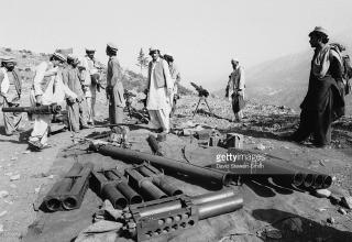 30.05.1988 г. gettyimages.com/detail/news-photo/members-of-an-afghan-mujahideen-group-with-a-selection-of-news-photo/76309352